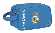 Esta colección de papelería escolar del Real Madrid está basada en la segunda equipación oficial del club blanco para la temporada 2013/2014. El color de fondo de esta nueva línea de material para el cole es el azul. También se utiliza el naranja en los pequeños detalles de la colección, creando un agradable contraste a la vista. Dimensiones: 26 cm x 15 cm x 12.5 cm.