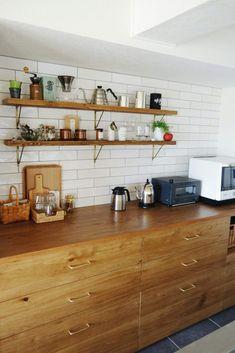 アイランドキッチンの背面収納カウンターをおしゃれなインテリアにする Kitchen Decor, Kitchen Inspirations, Kitchen Space, Kitchen Cabinets, Home Kitchens, Home, Loft Kitchen, Diy Apartments, Home Decor