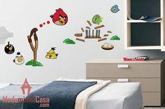 Os malvados porquinhos vão se arrepender de terem roubado os ovos dos passarinhos. O adesivo Angry Birds ilustra o objetivo do famoso game dos nervosos e carismáticos pássaros que vão usar suas habilidades para se vingarem e contribuir para uma fantástica decoração no quarto das crianças.