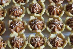 SUROVINY400 g hladké mouky, 250 g Hery, 120 g moučkového cukru, 4 žloutky, 1 vanilkový cukr, špetka soliKrém: 250 g másla, 1 karamelové... Blog.cz - Stačí otevřít a budeš v obraze. Mini Cupcakes, Cupcake Cakes, Sweets, Blog, Good Stocking Stuffers, Candy, Goodies, Treats, Sweet Treats
