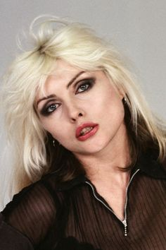 10 Hollywood celebs made famous by their signature hair color: Debbie Harry Blondie Debbie Harry, Debbie Harry Hair, Debbie Harry Style, Divas, Fashion Face, Women's Fashion, Female Singers, Blondies, Harry Styles