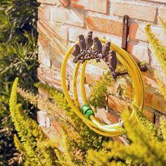 Você sabia que os detalhes podem fazer toda a diferença na decoração do jardim? Os suportes de mangueira, por exemplo, além de deixar a mangueira sempre bem conservada também é uma ótima opção para decorar e deixar seu jardim ainda mais bonito!  http://carrodemo.la/41fe4