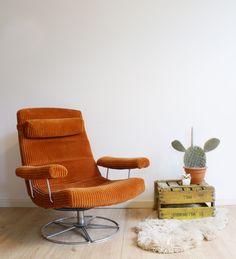 Te gekke vintage draaifauteuil. Oranje stoel met ribstof en blits retro design. | Fabulous Furniture | Flat Sheep