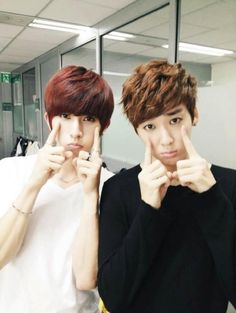 U KISS's Kiseop and Kevin 'Hey look, it's both our biases acting cute!' @Elizabeth Brush when I read that I assumed you were talking about Ravi and Leo. So when I looked at the picture I thought 'who are these people?' For some reason Kevin looked like Ravi so I wasn't sure when or why Kiseop was with Ravi.