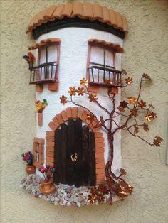 Telhas Decoradas Artesanato - Passo a passo Ceramic Tile Crafts, Ceramic Houses, Ceramic Art, Clay Fairy House, Fairy Garden Houses, Pottery Houses, Doll House Crafts, Paper Mache Crafts, Clay Fairies