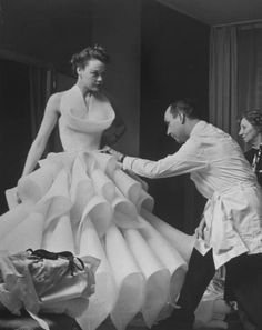Photo Nat Farbman pour Life Magazine, acheteur lors d'une présentation #Dior, Paris, fév. 1951 - See more at: http://leblogdesovena.com/fashion-in-the-atomic-age-la-revolution-dior/#sthash.FOeBGZl1.dpuf