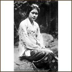 Portret van een Soendanese jonge vrouw. koleksi Tropen Museum