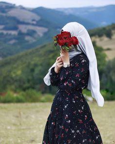 Image may contain: one or more people, people standing, outdoor and nature Hijabi Girl, Girl Hijab, Casual Hijab Outfit, Hijab Dress, Beautiful Muslim Women, Beautiful Hijab, Abaya Fashion, Modest Fashion, Hijab Dpz