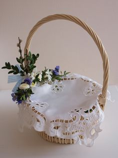 Koszyczek Wielkanocny. Wielkanoc. Tradycja. Easter basket. Gift Box Design, Flower Girl Basket, Basket Decoration, Flower Crafts, Easter Baskets, Happy Easter, Easter Eggs, Purses And Bags, Diy Home Decor