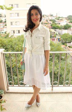 Saia midi branca, camisa jeans, scarpin floral e bolsa menta.