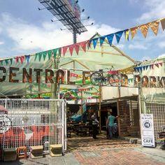 Las #bicicletas en #Bogotá dan para todo! #BogotáBonitayenBici @sectormovilidad // #bicycles in #bogota are everywhere!! #city #urban #design #minimal #cities #town #street #art #arts #abstract #lines #instagood #beautiful #lookingup #style #archidaily #composition #geometry #perspective #geometric #pattern