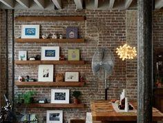 salon-avec-mur-de-briques-sol-en-bois-et-meubles-en-bois-massif-pour-le-salon-moderne