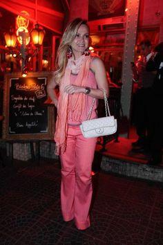 Com look rosa, Eliana curte noite com as amigas em São Paulo