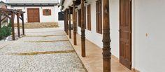 Alpendre - é uma cobertura sobre portas, geralmente as de entrada. Pode ser uma extensão do telhado, ou ter sua própria cobertura independente, porém semelhante ao telhado. Pode ter apoio próprio ou sobre colunas. São bastante comuns nas residências de países tropicais, e, no Brasil, especialmente em casas de regiões rurais. Alpendres maiores e mais equipados são chamados de varandas.
