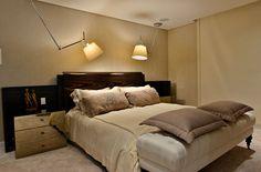 Decoração de apartamento moderno revestimento no quarto de casal, cabeceira de madeira e adornos.