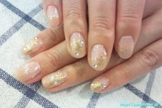 It is the gradient of beige nail.  The boundary of the gradient color studded lame.  I am familiar skin so nice good snow crystals of gold is a little bigger.