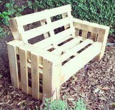 A simple garden sofa / bench from re-used pallets