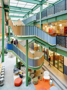 WeWork Weihai Lu p centro creativo. de un lado talleres de proceso de creación brainstorming, con los puentes se conectan al otro lado del edificio,talleres de producción ya sea material o darle forma real al proyecto.