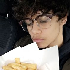 Find someone who looks at you the way I look at my chips b x Harris J, Find Someone Who, Cute Boys, I Am Awesome, Youtubers, Hd Wallpaper, Bae, Chips, Hairstyles