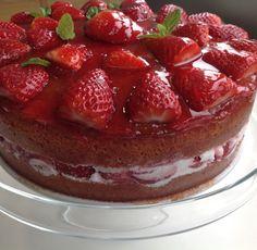 Tarta de nata y fresas | ☂ᙓᖇᗴᔕᗩ ᖇᙓᔕ☂ᙓᘐᘎᓮ http://www.pinterest.com/teretegui