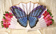 Abanico con una bella mariposa y flores.