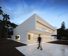 House Between the Pine Forest by Fran Silvestre Arquitectos House Between the Pine Forest is a minimal home located in Paterna, Spain, designed by Fran Silvestre Arquitectos. The aim of the project. Minimal House Design, Minimal Home, Minimalist Architecture, Interior Architecture, Stairs Architecture, Interior Design, Room Interior, Mediterranean Architecture, Facade House