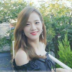 Kim Jisoo are so pretty Kpop Girl Groups, Korean Girl Groups, Kpop Girls, Kim Jennie, Black Pink ジス, Blackpink Members, Blackpink Photos, Queens, Blackpink Jisoo