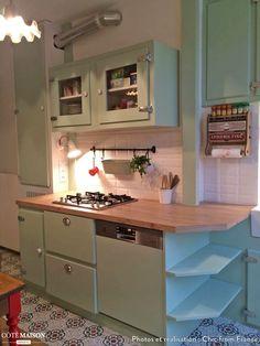 Ce projet assurément rétro à été réalisé avec le souhait de respecter l'histoire d'un appartement familial chère au coeur de la cliente.  Une recherche de fonctionnalité; une ouverture sur le séjour; des envie de matières, de couleurs.  Résultat :un joyeux mélange de carreaux de ciment, de parquet, de carreaux métro, de vert, de rouge et de blanc. Pour un esprit rétro nous avons dessiné les meubles (réalisés en médium puis peint), avec des façades en relief et d'imposantes charnières frigo.