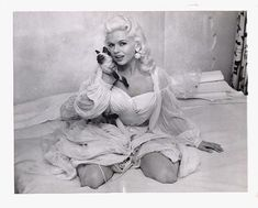 """Bombshell Jayne Mansfield and her siamese cat. Siamese cats seem to have been all the rage among the Hollywood crème de la crème at the time! """"Everyone"""" had them, and gave them as gifts to each other. Siamese Dream, Siamese Cats, Classic Actresses, Actors & Actresses, Hollywood Actresses, Celebrities With Cats, Female Celebrities, Cat Site, Janes Mansfield"""