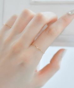 細いケーブルチェーンが繊細な美しさ。 指を細く華奢に見せてくれます。