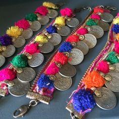 ponpon bracelets                                                                                                                                                                                 Más