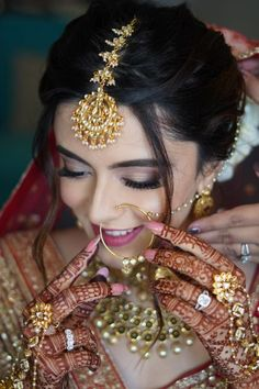 Indian Bride Photography Poses, Indian Bride Poses, Indian Bridal Photos, Indian Wedding Bride, Bridal Photography, India Wedding, Bridal Poses, Bridal Photoshoot, Photoshoot Ideas