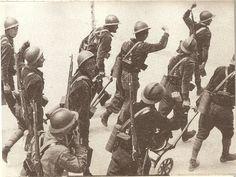 Los primeros soldados de las Brigadas internacionales desfilan por las calles de Madrid, a su llegada a la capital, procedentes de su base en Albacete. Entrarían en fuego inmediatamente, constituyendo un refuerzo material y moral para los defensores de Madrid.