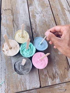 Zelf stoepkrijtverf maken, leuke vormpjes kneden met clay chalk en meer! Sensory Play, Diy Toys, Games For Kids, Romania, Unicorn, Explore, Crowns, Gypsum, Kunst