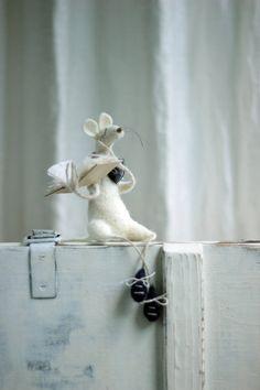 Dreamy White Felt Mouse With A Book  Needle door FeltArtByMariana