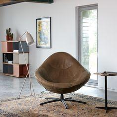 Stoer leer, dat is Label. Deze stoel wordt alleen maar mooier. Draai er op los, de stabiele poot is er in stoere kleuren of geborsteld chroom. Perfect combineren met puur hout. www.houtmerk.nl