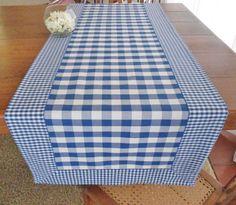 Dê boas vindas aos seus convidados com estilo!  Esse caminho de mesa artesanal e personalizado é uma versão moderna da toalha de mesa.  É uma peça funcional e prática no seu almoço, jantar, lanche, churrasco ou festa.  Ótimo item para sua casa de campo, praia, pousada e seu apartamento.  É confec... Fabric Placemats, Cloth Napkins, Cross Stitch Music, Picnic Blanket, Outdoor Blanket, Doilies Crafts, Cottage Kitchens, Cushions, Pillows