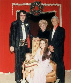 Nichopoulos and his wife Edna with Elvis Presley and his wife Priscilla and daughter Lisa Marie, 1970 Elvis Und Priscilla, Priscilla Presley, Elvis Presley House, Elvis Presley Family, Graceland Elvis, Lisa Marie Presley, Mississippi, Are You Lonesome Tonight, Jackson