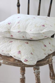 a perfect chair! I love the covers on the pillows. Rose Cottage, Cottage Style, French Cottage, Cottage Living, Cottage Chic, Textiles, Shabby Chic Pillows, Vintage Stil, Lounge