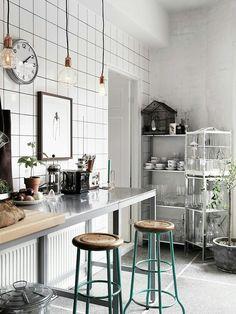 Industrial style for the kitchen of this beautiful Swedish apt. #interiordesign #kitchen #Swedish