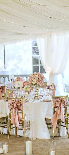 Allestimento per ricevimento nuziale. Il bianco è protagonista, abbinato a toni di rosa cipria e dettagli floreali. Garbato ed elegante. #Dalani #Shabby #Wedding