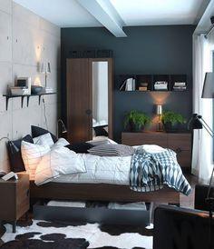一人暮らしのお部屋をコンパクトに見せる、シックなウォルナット素材の家具。ファブリックや柄をとわない、自由度の高い色合いなので、ユニセックスな雰囲気も持ち合わせることができる、便利な素材です。モダンでかっこいいメンズライクなこのお部屋は、ブラックと白を基調としたコーディネートでまとめています。