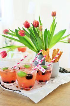 Rezept für eine Sekt-Grapefruit-Bowle: So einfach eine leckere & fruchtige Sekt-Bowle, auch alkoholfrei, für die nächste Party oder Feiertag umsetzen. Egal ob zum Geburtstag, eine Mottoparty, den JGA/eine Brautparty, die Babyparty…diese Bowle schmeckt im Frühling & Sommer, mit oder ohne Alkohol! // Rezept, Tipps und Fotos von www.partystories.de // #Bowle #Partyrezept #Sekt #Sektbowle #Fruchtbowle  #Frühling #Sommer #Mottoparty #Geburtstag #Muttertag #babyparty #JGA #Brautparty #partystories Slushies, Cocktails, Panna Cotta, Grapefruit, Ethnic Recipes, Food, Party Drinks, Alcohol Free, Valentine Gift For Him