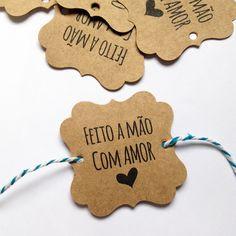 """Lindas Tags """"Feito a Mão com Amor"""" em formato Gift, para embalar suas encomendas com muito carinho.    Como recebo minha Tag Feito a…"""