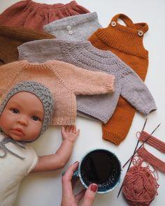 "549 Synes godt om, 38 kommentarer – PetiteKnit • knitting patterns (@petiteknit) på Instagram: ""Dukkestrik 🙌🏻 Før jul fandt jeg denne alt for fine Asi dukke hos @loukrudt , og jeg gik straks i…"""