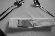 Etiquette kraft, décorée avec dentelle pour le prénom.