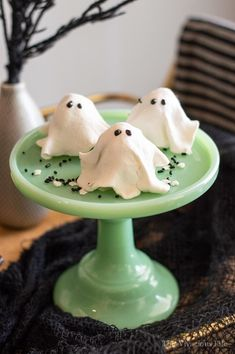 These no-bake ghost cookies are SO delicious that you won't be able to eat just one! They are so easy to make and couldn't be cuter. They are gluten-free but nobody would every know. They are perfect for your Halloween party. Best Gluten Free Desserts, Gluten Free Scones, Gluten Free Donuts, Allergy Free Recipes, Gluten Free Baking, Paleo Donut, Healthy Donuts, Halloween Treats, Halloween Party
