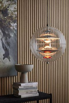 Indret dit hjem med Verner Panton klassisk og stilfuld Globe lampe. Designet i 1961 og kan stadig indgå i ethvert nymoderne hjem.  Nordic Home, Nordic Interior, Decor Interior Design, Furniture Design, Open Plan Kitchen Dining Living, Beautiful House Plans, Wooden Slats, Home Cinemas, Cool Designs