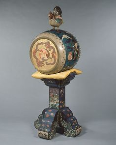 A nineteenth-century Japanese o-daiko barrel drum, whose rooster signifies that it is a symbol of peace. (Metropolitan Museum of Art) historical-symbols historical-symbols Japanese Culture, Japanese Art, Japanese Temple, Japanese Beauty, Edo Period Japan, Collections D'objets, Art Japonais, Metropolitan Museum, Pottery Art
