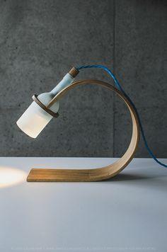 Lampe en bois cintré et bouteille de verre dépoli - #design #lamp | wabi.fr